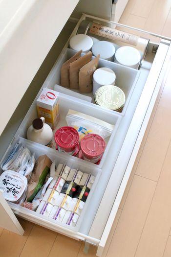 最近、食器棚も引き出し式が増えていますね。やはり、取り出しやすいからでしょうか。食材やお菓子などの収納にはもってこいです。