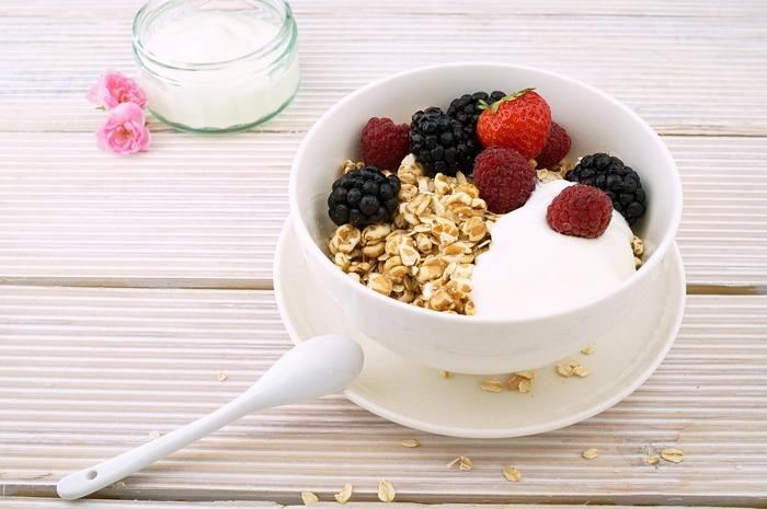 牛乳に乳酸菌や酵母を混ぜて発酵させるものがヨーグルトです。「ヨーグルト」の語源となったトルコの「ヨウルト」のほか、ブルガリアなどヨーロッパやアジア、中近東など世界各国で食べられています。フルーツや蜂蜜、シリアルと合わせてそのまま食べるほか、調味料やデザートの材料としても使われます。