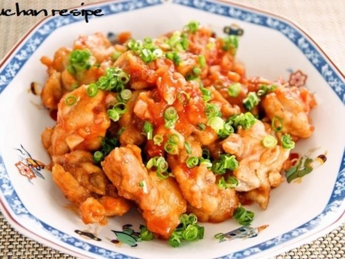 レンジで作れる簡単な鶏チリレシピです。使用する調味料はシンプルで、砂糖の代わりにはちみつを使います。チリソースもレンジでできて、あっという間にメイン料理の完成です。