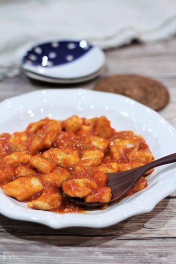 鶏チリに使用する鶏肉はもも・むね・ささみなどお好みで構わないのですが、安価でヘルシーなむね肉が一般的。 しかしパサついたり硬くなりがちなお肉なので、下準備や火の通し方に注意が必要です。 お酒や塩コショウを揉みこみ、片栗粉をつけたお肉は、焼き目がついたら一旦フライパンから取り出して焼きすぎを防ぐと柔らかく仕上がります。  豆板醤の辛味や砂糖の甘味、酢の酸味などはお好みで調整するとご自身の満足の行く味付けになりますね。