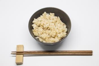 玄米はビタミンやミネラル、食物繊維などを豊富に含んでいて、健康や美容にとっても良いと言われています。 健康志向の人は一度は食べたことがあるのではないでしょうか。  玄米は、人間が健康を保つために必要とされる栄養素をとることができる完全栄養食なのです。