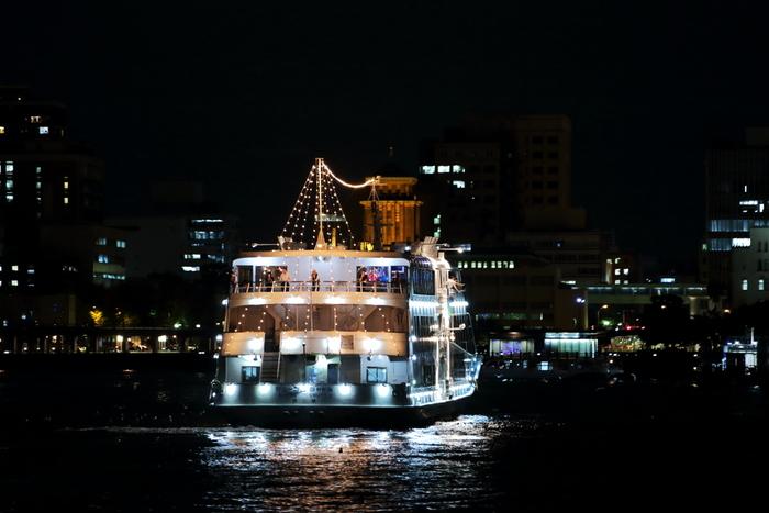 川崎市では、工場夜景を運河や海から眺めることができるクルーズ船がたくさん出航しています。
