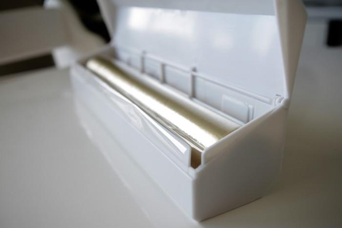 ラップホルダーをお探しの方は多いのではないでしょうか。イデアコのラップホルダーならマグネットが付いているので、冷蔵庫などの壁面やちょっとした隙間収納にもおすすめ。6色ものカラーバリエーションでキッチンに合わせやすい! 気持ちがいいほどスパッと切れて巻き戻るイライラからも解放されるとのこと。