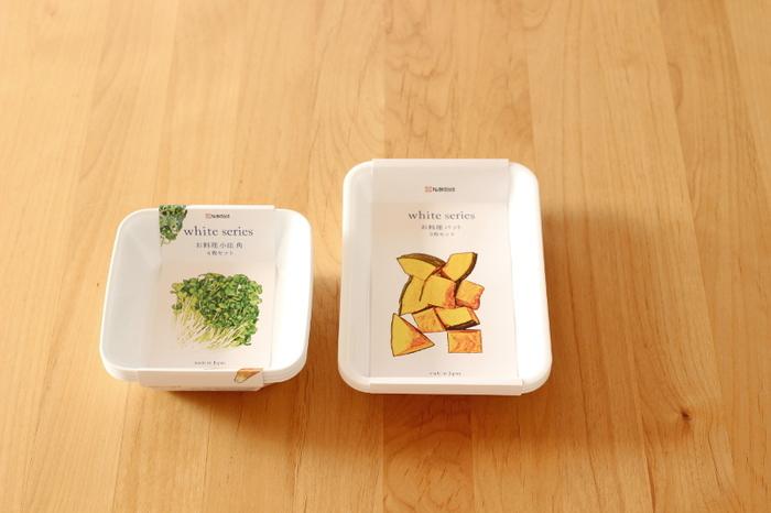 野菜の絵のパッケージがかわいいセリアのトレーは、サイズが4種類あり小さいサイズは4枚、大きいサイズは3枚セットになってお得感があります。小物入れとしても素敵ですが、冷蔵庫内の整理整頓に最適で、冷蔵庫内のキレイをキープできるようになったのだそう。