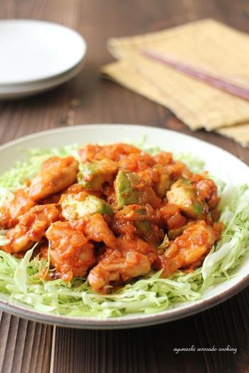 アボカドと鶏むね肉を一緒に炒めた鶏チリのレシピです。アボカドの濃厚な食感とあっさりしたむね肉がよく合います。千切りキャベツを添えることも忘れずに。