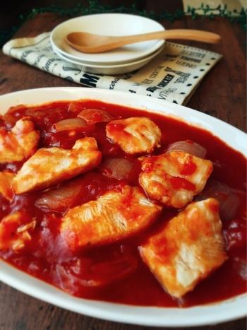 トマト缶を入れて煮込んだ鶏チリです。鶏むね肉は片栗粉をまぶして茹でることでぷりぷりの食感に。油を使わずに煮込んで作るレシピなのでヘルシーですね。