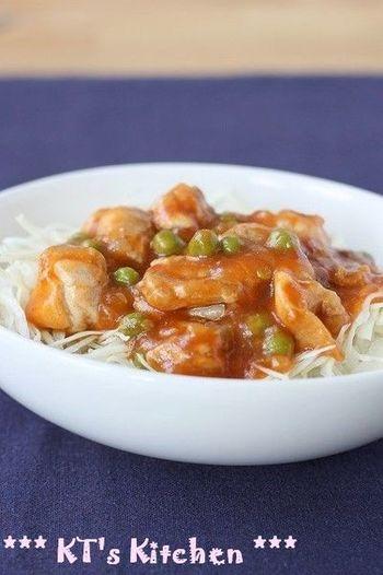 鶏チリの丼ぶりレシピです。ご飯が進む味付けの鶏チリは丼ぶりにも最適。キャベツの千切りとグリーンピースの緑を添えることで見た目も味もバッチリです。