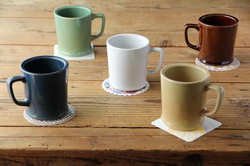 「amabro(アマブロ)」のレギュラーマグは、重厚感ある鉄釉、深い紺色の瑠璃釉、あたたかみのある黄地釉(おうじゆう)など、日本で古くから親しまれてきた釉薬による柔らかな色味が、やさしく馴染みます。