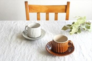 陶器ならではの技法による模様は、触れたときに土そのもののあたたかみが心地よく感じられます。女性でも持ちやすい小さめサイズで、コーヒータイムにちょうどよさそうです。