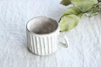 こちらは美濃焼のマグカップ。厚めに作った土の素地を削って生み出す「しのぎ」という模様が施されています。