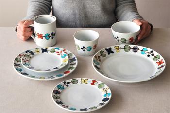 「九谷青窯」は、九谷焼の伝統的な技術を活かしながらも、若き陶工さんたちによるデザインで、普段使いしやすいうつわを制作されています。