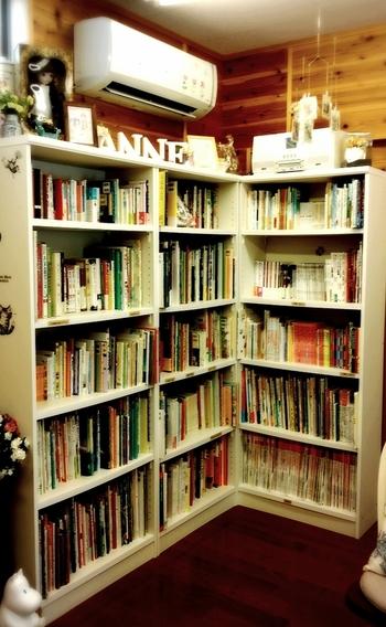 本棚には約800冊の絵本たちがぎっしり。まだ見ぬ1冊に出会えるはず♪