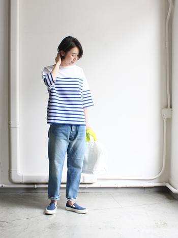 ウォッシュ加工されたアンクルデニムパンツは、時代にとらわれずに履きこなせる普遍的な存在です。