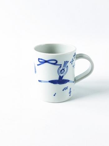可愛らしい絵に思わず顔がほころんでしまうのは、愛媛県の砥部焼の窯元「森陶房」のマグカップ。バレリーナが物語を想起させて、使う度に楽しい気持ちにさせてくれますね。粘⼟を薄くスライスして作る「タタラ作り」という技法で制作されているので、軽くて使いやすいのも特徴です。