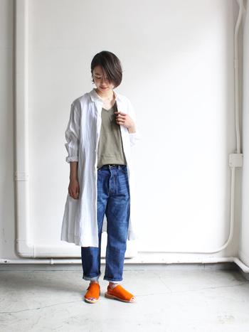 1年ほど履き込んだイメージで加工されたセルヴィッチデニム生地を使用したインディゴブルーのパンツは、柔らかい履き心地で馴染みの良さが魅力です。