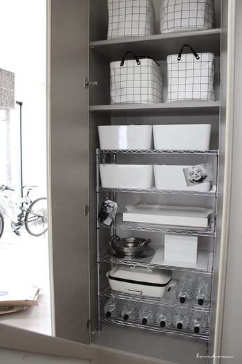 キッチン近くの壁面収納も見逃せません!自由度の高いスチールラックは収納の強い味方!壁面収納のなかにそのまま入れて使用すると、収納力がグンと上がります。ペットボトルを横にして入れるのも、何気ないことですが取り出しやすく収納しやすいグットアイディアですね。 白いボックスはイケアのものだそう。