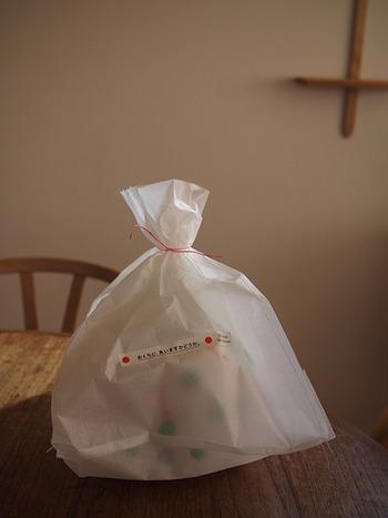 ちょっとしたお菓子などを配るのに、おうちにあるものを使って簡単にラッピング!こちらはクッキングペーパーを袋状にして紐で結んだもの。中身がうっすら透けて見えるのも味が出ますね。