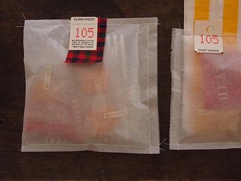 こちらも上と同じオーブンぺーパーですが、ミシンで縫ってしまうという素敵なアイディア。一緒に端切れやタグを縫い込んでみたり、中身をはみ出させたまま縫ったり、アレンジは自由自在!紙素材なので取り出すときはべりっと破ります。