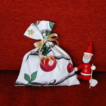包装紙のかわりに、好きな布を使ってラッピング!巾着袋なら簡単に作れますよ。