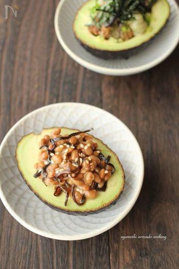 日本の栄養食「納豆」と、外国の栄養食「アボカド」をペアリングしたメニュー。味の相性ぴったりの組み合わせで、アボカドでしっかりエネルギー補給もできるので、朝食はこれ一品で十分ですね。