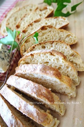 麹と塩、水を合わせて発酵させたものが「塩麹」。調味料や、お肉などの漬け込みに使うのが一般的ですが、なんとパン作りにも使えるんです。生地作りは、ふるい合わせた材料と、ぬるま湯で溶いた塩麹を混ぜて発酵させるだけ。「コツもいらないほど簡単にできておいしいパン」試してみたくなりますね!