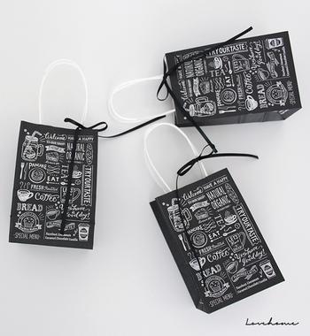 たくさん配るときには…小さめのショッピングバッグに入れて。そのまま渡すのもいいですが、ちょこんとリボンを結ぶだけでも、おめかし感がでますよ♪