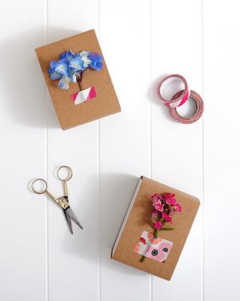 お花や小物などを、ちょこんと止めるのにもマスキングテープが大活躍。テープの柄と小物のコーディネートも楽しんで。