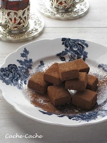 酸化発酵によってお茶は褐色に色づき、独特の香味や渋みが生まれます。紅茶の芳香はチョコレートと相性ぴったり。生チョコを作るとき、生クリームに紅茶の茶葉を加えて加熱することで香りを移します。茶葉が残らないよう、生クリームは濾して使います。