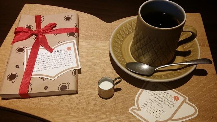 サイフォン抽出にこだわったブレンドコーヒーを味わいながら読書をするひとときは格別。中身が秘密の本&その作品に合わせてブレンドされた珈琲を愉しめる「本と珈琲のセット」も、季節ごとに数量限定で販売されています。