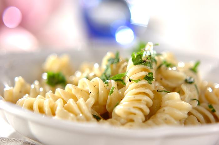 4種のチーズを使ったコクのあるソースを、フジッリの溝にたっぷり絡ませた贅沢なパスタ。パルミジャーノ・レッジャーノはイタリアを代表するハードチーズ、ロックフォールは青カビチーズ、ペコリーノ・ロマーノは羊の乳で作るチーズ、タレッジョは香りの強いウォッシュチーズ。それぞれタイプの違うチーズを混ぜ合わせることで味や香りに深みが出ます。