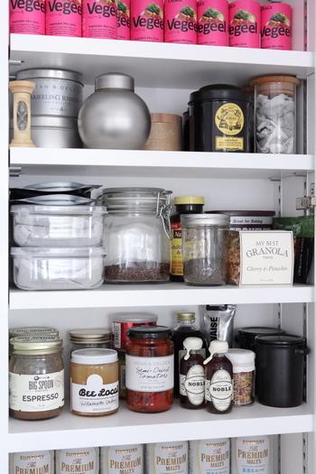 お料理好きな奥さまにとっては、食器、調理器具、常備食などの貯蔵室は欲しいところ。 そして、共働きが多い昨今「食品は週末に買いだめ」という方も多いのでは?パントリーという少し小さめの収納庫があると、生活はぐっと楽になります。
