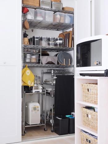 キッチン近くの壁面収納も見逃せません!細々としたものを全部、取り出しやすいようにあれこれ詰め込んで…。まるでキッチンの秘密基地のよう。