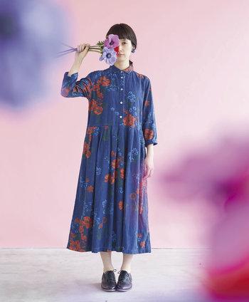 この春の『サニークラウズ』コンセプトコレクションのテーマは「花」。花からインスピレーションをもらって作られた象徴的なワンピースは、深みのあるブルーに赤い花は大胆に咲き、ブルーの小さな花たちはさり気なく。可憐な印象ながら、大人の女性も似合いそうな一着です。