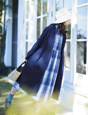 『サニークラウズ』は青色の使い方がとっても上手。ネイビーはブランドの定番カラーのひとつでもあります。濃淡さまざまなブルーを組み合わせたブロックチェックは、春の陽射しがよく似合いそうな爽やかさ。スカート部分の切り替えには前後にギャザーを寄せて、ふんわりと女性らしいシルエットに仕上げています。