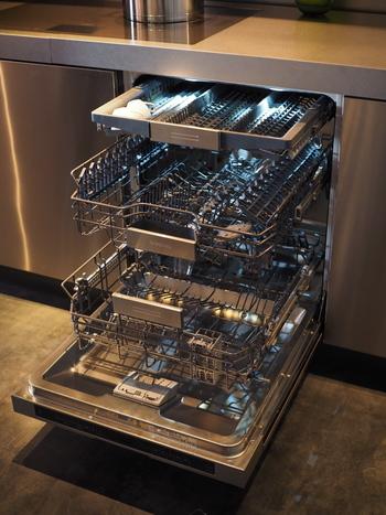 「食器を洗う・拭く・片づける」この工程は避けては通れない大切な家事といえるでしょう。 この工程をかなりラクにしてくれるのが、食器洗浄・乾燥機。すでにキッチンに備え付けられている方も多いと思いますが、食洗機におまかせしておけば、大幅に時間の有効活用ができることでしょう。