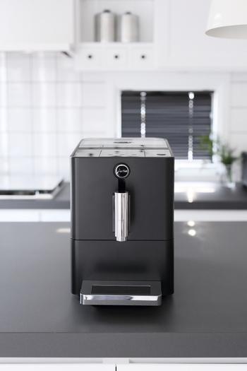 こちらはスイスの「JURA(ユーラ)」社のコーヒーマシン。カフェのような美味しいコーヒーを自宅でも楽しみたい方におすすめの優秀家電です。豆と水をセットして、スイッチを入れるだけで美味しいコーヒーを楽しむことができます。 豆を挽くという作業を機械がやってくれるので、ひと手間がちょっと面倒かなというときに大活躍してくれます。