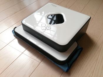 フローリング仕様の家も多い現代で、床掃除は大切な家事のひとつです。ホコリをとるだけではなく、たまには水拭きもしたいですよね。でも水拭きは雑巾を用意したり、手が荒れたりと面倒な手間や悩みもついてきます。 こちらのブラーバは、水拭きはもちろん乾拭きもできる優れた家電です。フローリングの汚れに応じて、上手に使いたい家電のひとつではないでしょうか。