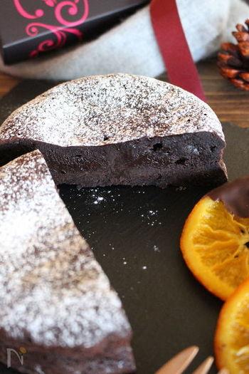 少ない材料で濃厚でしっとり、とろけるようなガトーショコラが作れるレシピ。材料がシンプルな分、チョコレートを美味しいものにするのがおすすめです。 冷やしても軽く温めても美味しいですよ。