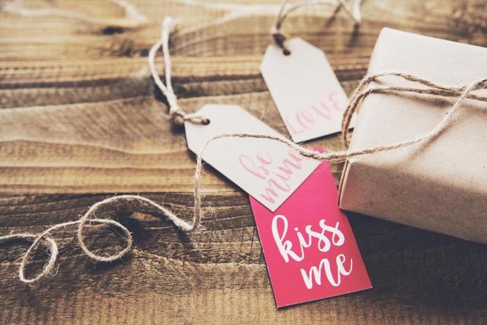 ラッピングの仕上げに、タグやリボン、葉やフェイクフラワーなどをプラスするだけでプチ可愛さが増します。タグに素敵なメッセージを添えれば、より心のこもったプレゼントに。