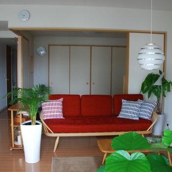 リビングの主役となっているのが、赤のスタジオカウチ。心奪われ、このカウチに合わせた部屋を作りたい!とお部屋作りをスタートさせたんだそうです。お気に入りの場所を作ることもお部屋作りの上で大切なんですね。