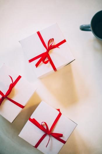 1番簡単なのは切り分けてラップに包み小箱に入れるラッピング。普段から常備しておくと便利です。