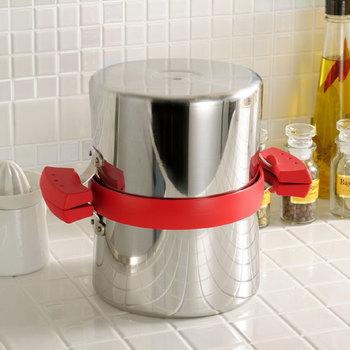 揚げ物で使った油を保存する容器はたくさん販売されていますが、こちらは保存もできてそのまま火にかけることもできるアイテムです。使った油を片方の鍋に移してろ過したら、もう片方の鍋で蓋をするだけというとても簡単に油の処理ができます。