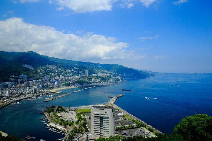 """伊豆半島の付け根、静岡県の最も東に位置する「熱海」は、古くから知られる有数の温泉地。  その歴史は古く、平安・鎌倉期に、すでに""""熱海郷""""と云われ、仁賢天皇時代に、熱湯が海中から湧き出したことから、""""熱海(熱い海)""""と、その名が付いたと伝えられています。【「熱海城」から望む熱海市街】"""