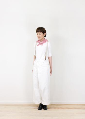 和柄が可愛いピンク色のスカーフは、小さめに折りたたんでバンダナ感覚で首に結んでもおしゃれですね。ホワイトのワントーンコーデの良いアクセントになっています。