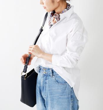 シンプルなシャツ×デニムコーデだって、スカーフをさりげなくプラスすれば、着こなしが格段にセンスアップしますよ。  そこで今回は、シンプルコーデ+スカーフを素敵に活用している方の着こなしや、首に巻く以外の使い方をご紹介していきます。