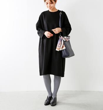 黒のバッグを合わせたダークトーンのコーデには、ホワイト系のスカーフを合わせてグッと目を惹くアクセントに。バッグに巻くと、首に巻くよりもカジュアルにスカーフを使えます。