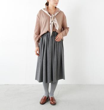 こちらはブラウンのシャツにグレーのスカートという落ち着いた大人の着こなしに、ベージュ系のスカーフを合わせています。シャツとスカートだけだと少し地味な印象になってしまう着こなしも、同系色のスカーフをプラスするだけで華やかさがアップしますね。