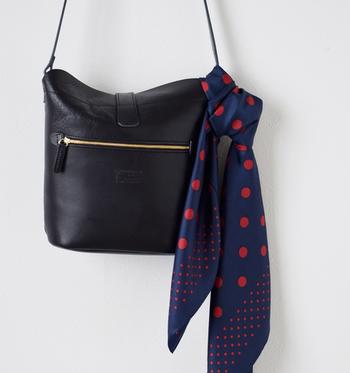 スカーフは首に巻くだけでなく、バッグに付けて使うのもアリです。シンプルなバッグの良いアクセントになりますし、バッグにちょっぴり個性をプラスすることもできますね。