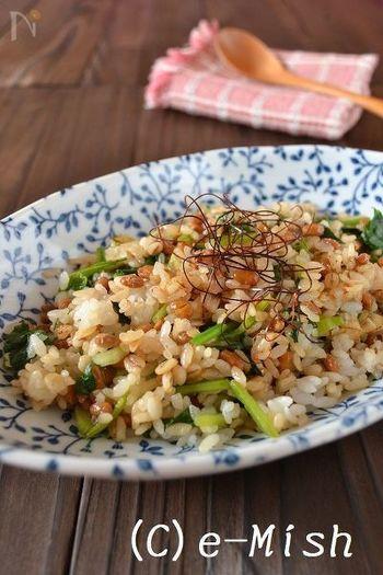 残りごはんでパパっと作れる納豆とほうれん草のピリ辛チャーハン。冷蔵庫に何も無い…そんな時でも以外とあるのが納豆。シンプルな具材で作るチャーハンは、素朴な味わいで、また食べたくなる美味しさです!