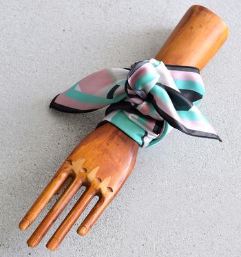 スカーフは首だけでなく、手首に巻いて大ぶりなブレスレット感覚で使うこともできます。何となく腕周りが寂しいと感じた時には、スカーフをぐるりと何重かに巻いてみてください。